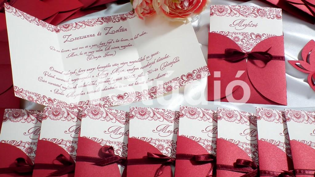 Bordó tasakos esküvői meghívók szatén szalaggal átkötve