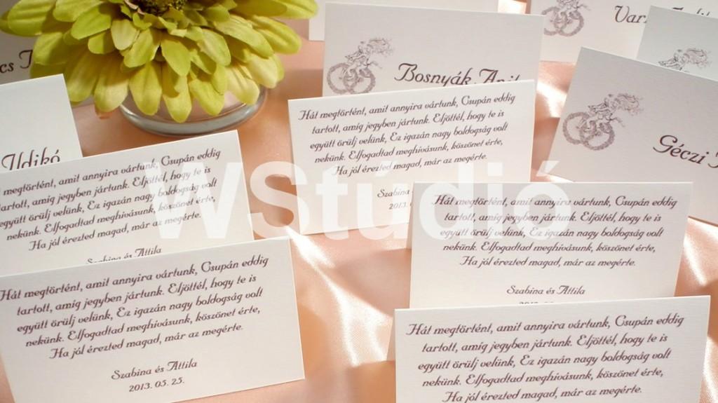 Biciklis mintájú esküvői ültetőkártya hátulján köszöntő versikével barna színben!