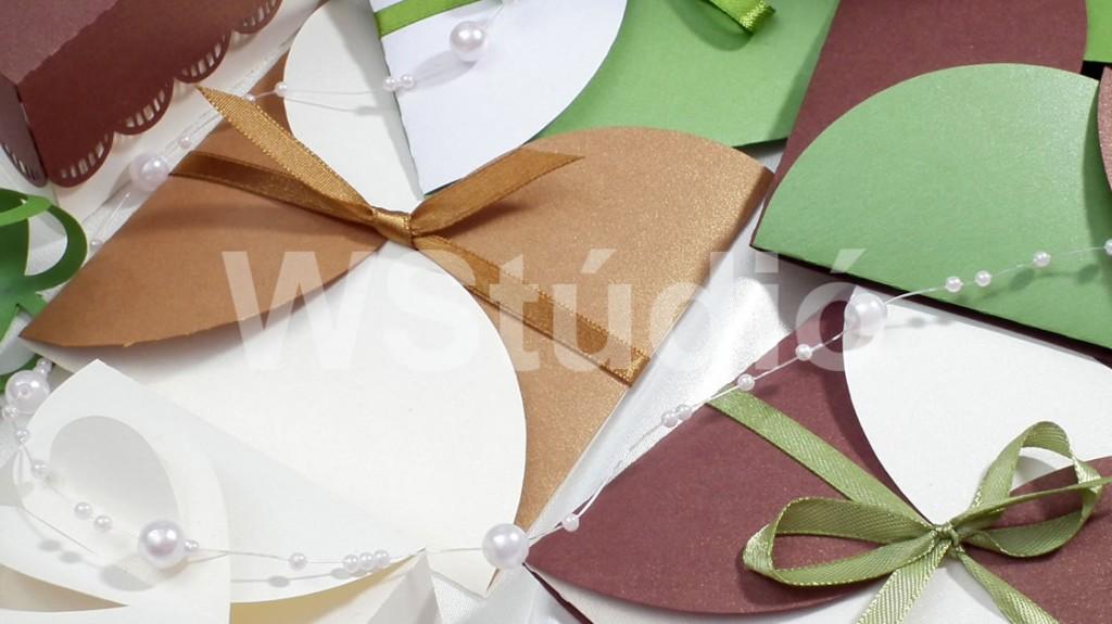 Szirom alakú esküvői meghívó zöld fehér színben