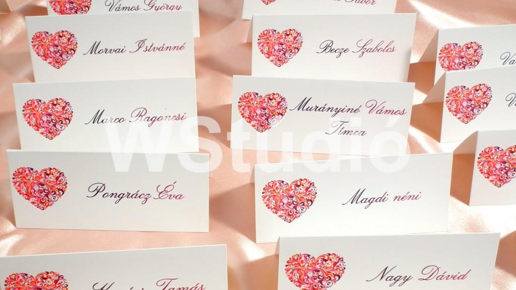 Piros szívecskés esküvői ültetőkártya