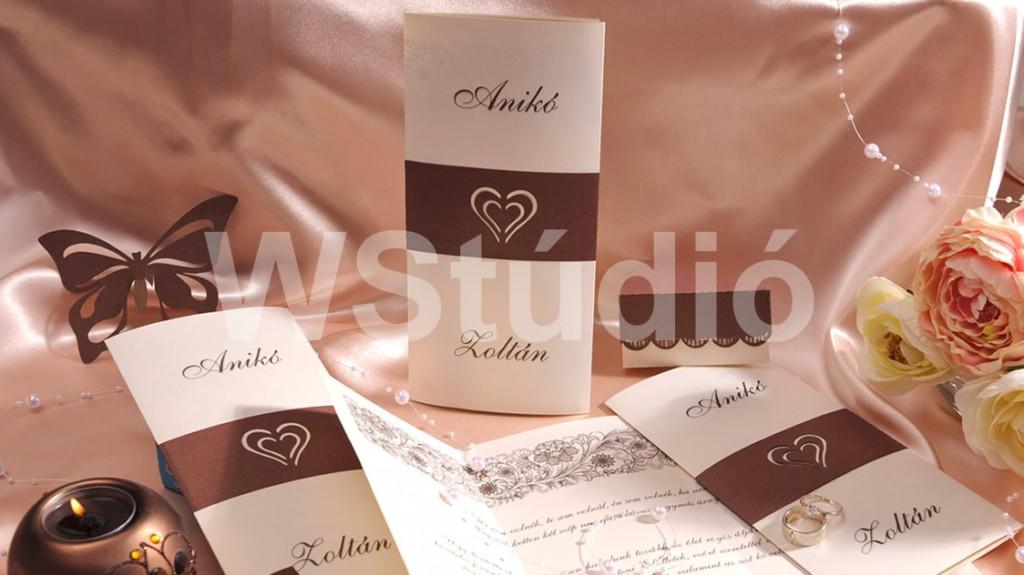 Szívecskés szalaggal átkötött esküvői meghívó
